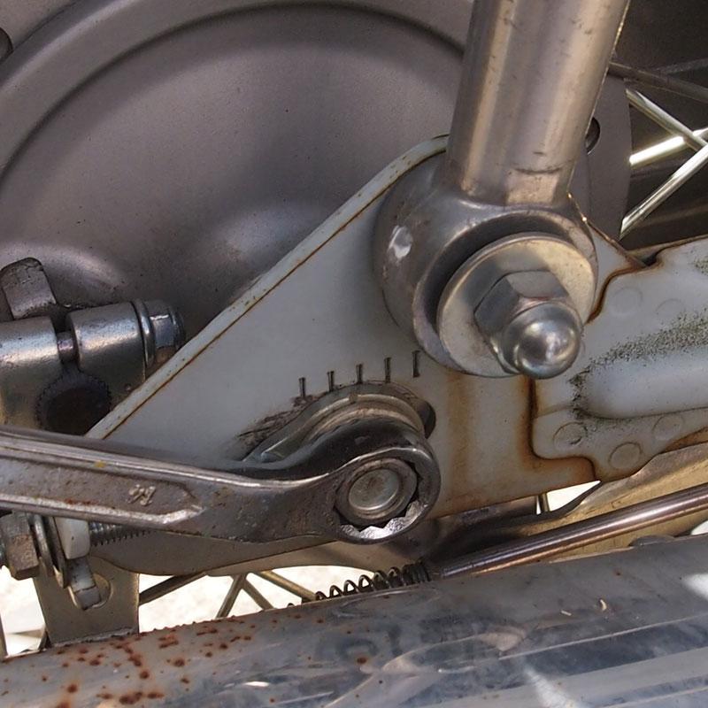 リトルカブ 後輪車軸を緩める