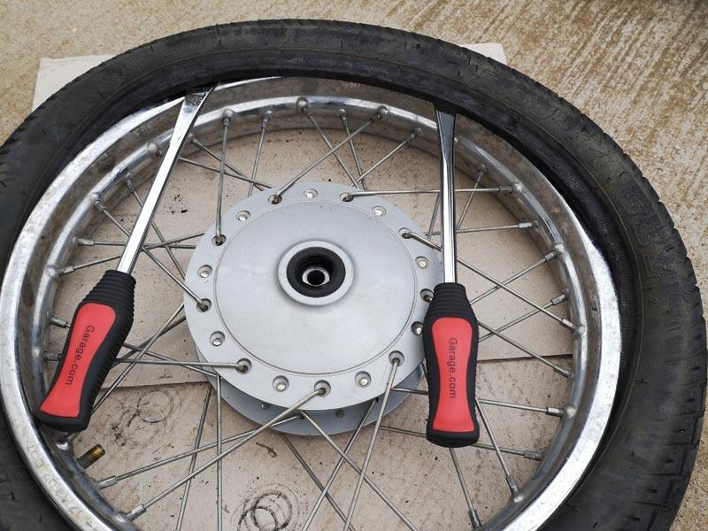 リトルカブ タイヤレバーでタイヤを外す