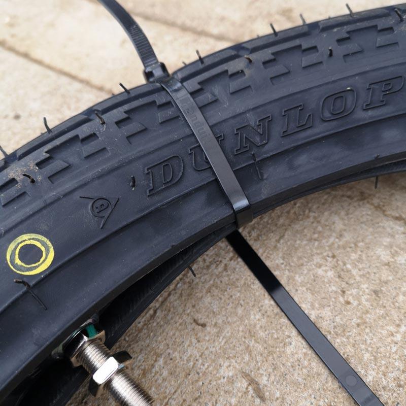 タイヤ交換 タイラップで締め上げる